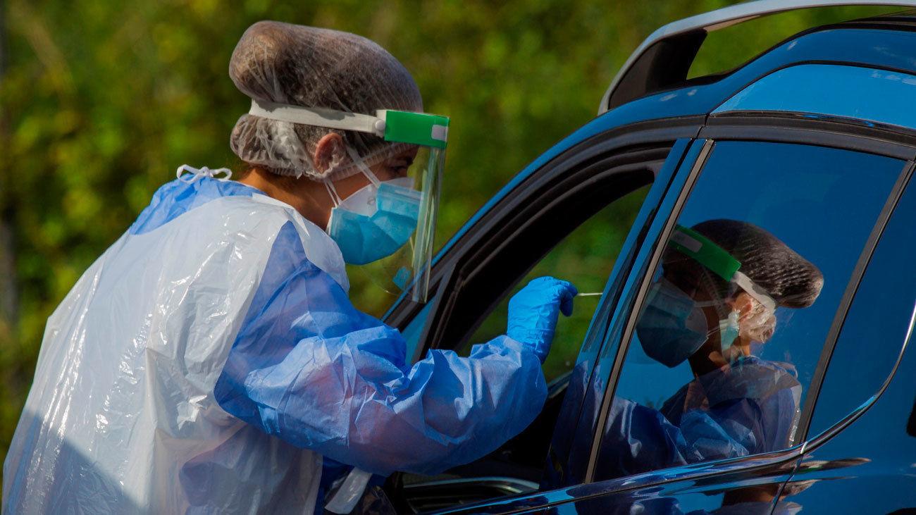 Miembros de los servicios de salud realizan pruebas PCR en Asturias.