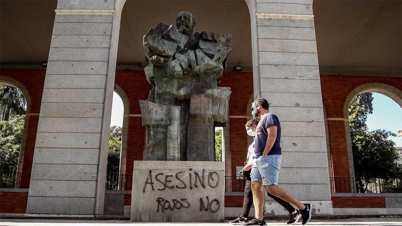 Vandalizan la estatua de Indalecio Prieto en Madrid con pintadas de 'asesino'