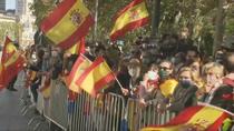 Cientos de personas se acercan al Palacio Real con ganas de celebración y algo de crispación