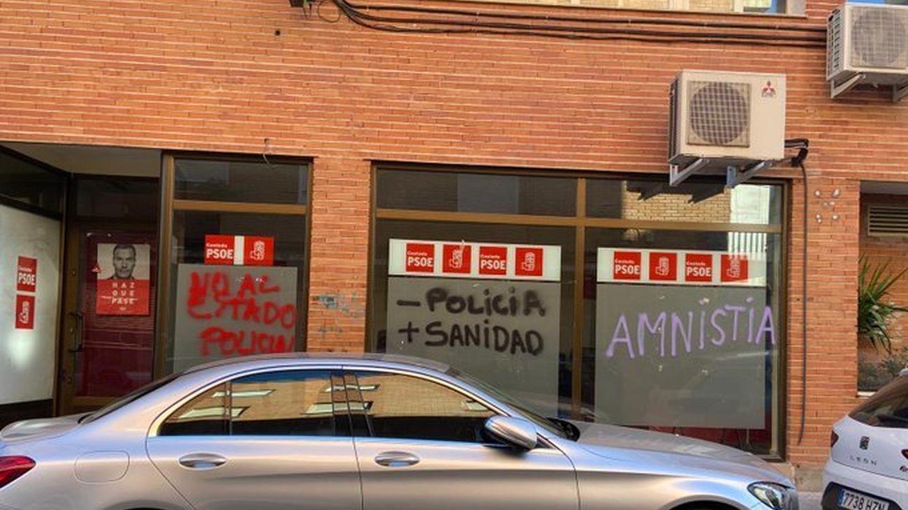 Pintadas contra las sedes de PSOE y PP de Coslada