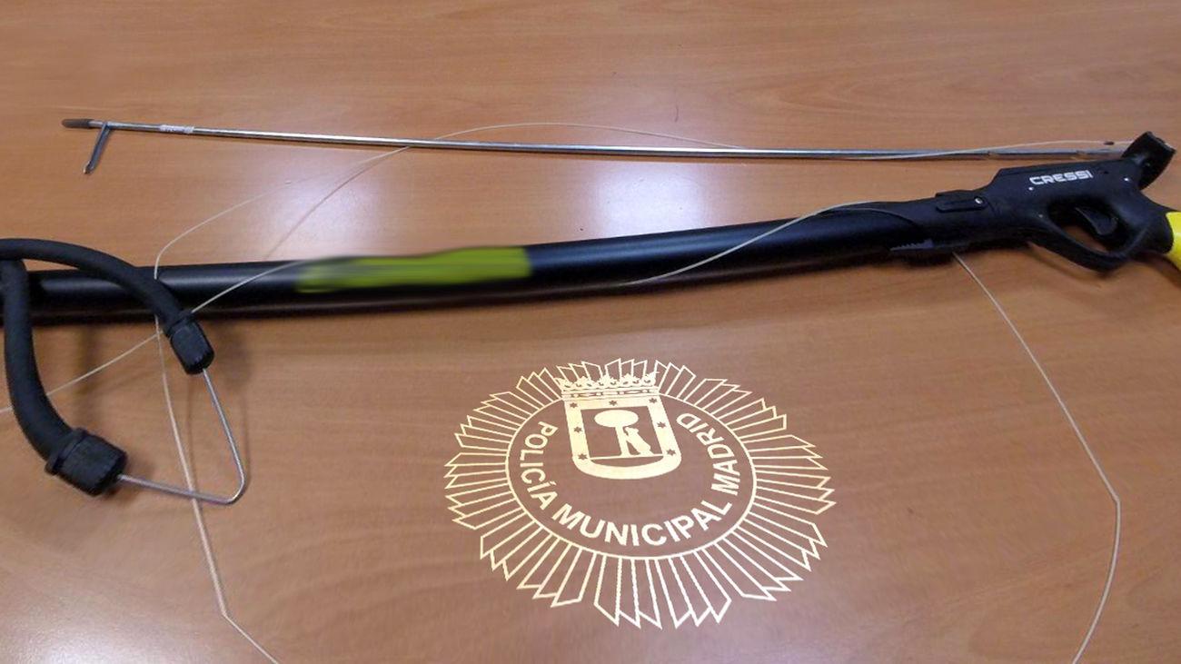 Fusil de pesca submarina descubierto en el maletero de una joven en Vallecas