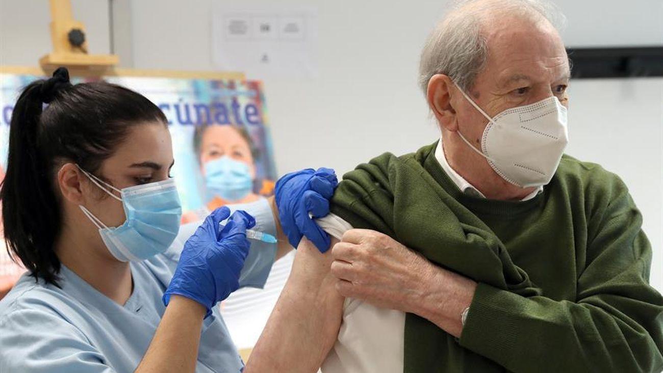 Un hombre se vacuna de la gripe