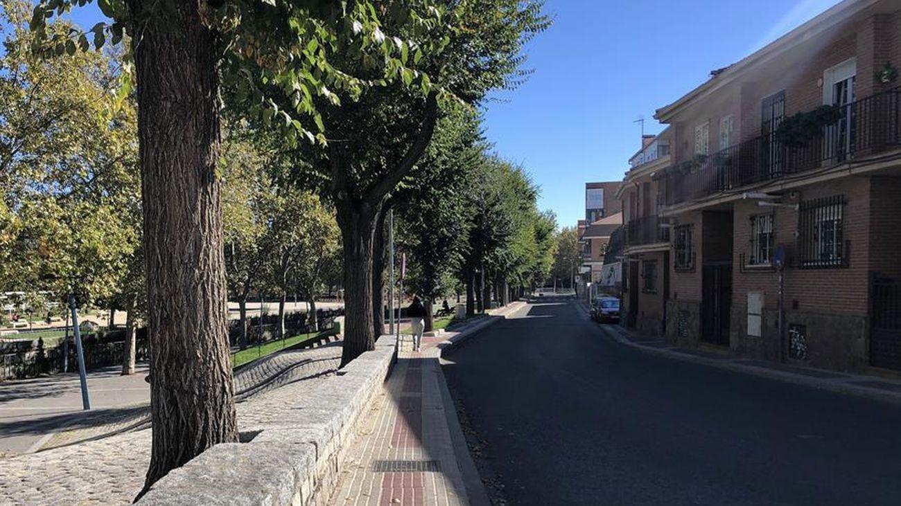 Una mujer camina por una calle vacía en Madrid