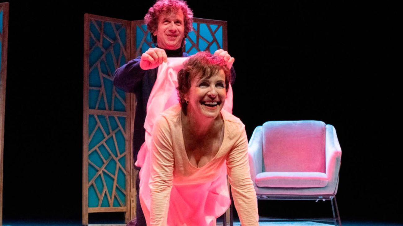 Gabino Diego y Cecilia Solaguren, en una escena de la obra 'Los Mojigatos'