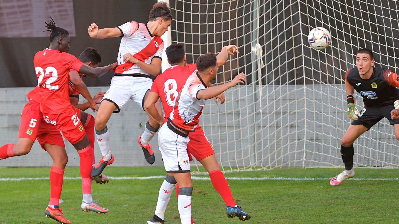 Jugadores del Rayo Vallecano y el Fuenlabrada en un partido de pretemporada
