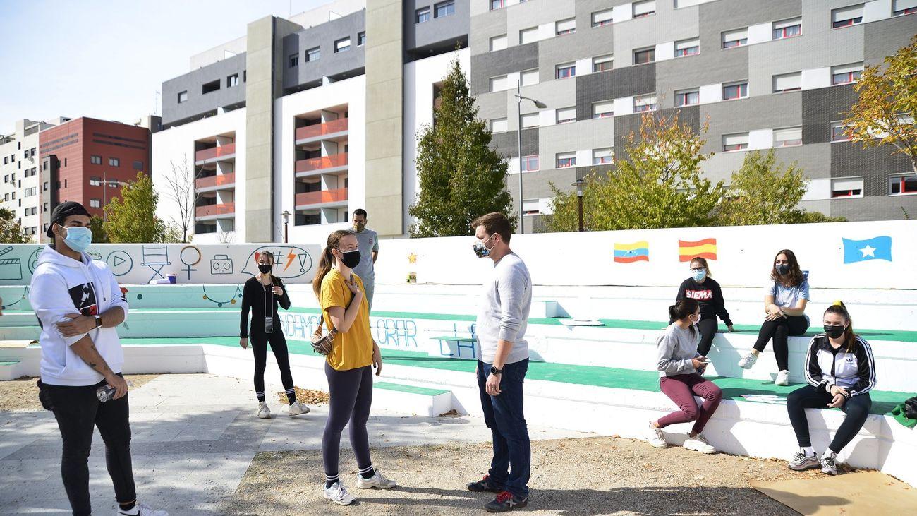 Las gradas de la Plaza del Viento lucen ya nueva imagen con mural renovado