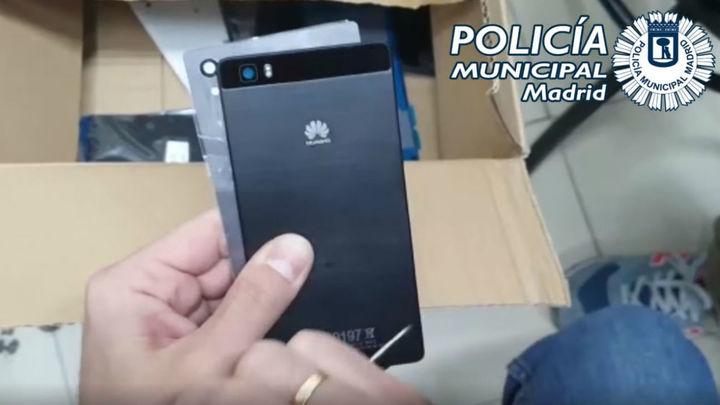 Incautan más de 700 artículos falsificados de grandes marcas en una tienda de telefonía de Madrid