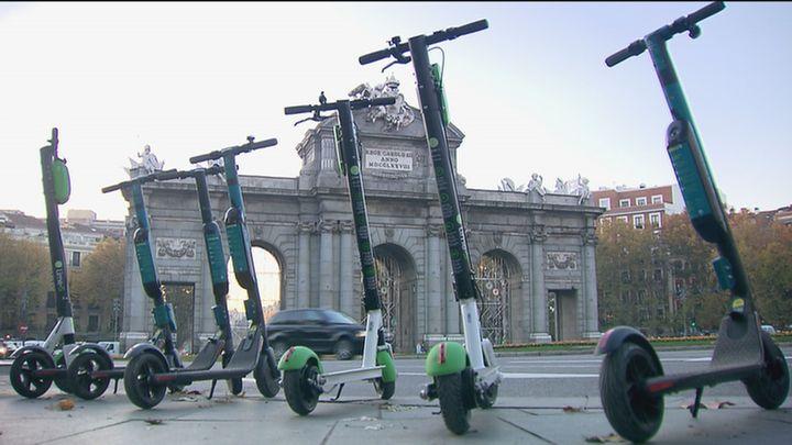 Los controladores del SER serán quienes multen a motos, bicis y patinetes mal aparcados en las aceras
