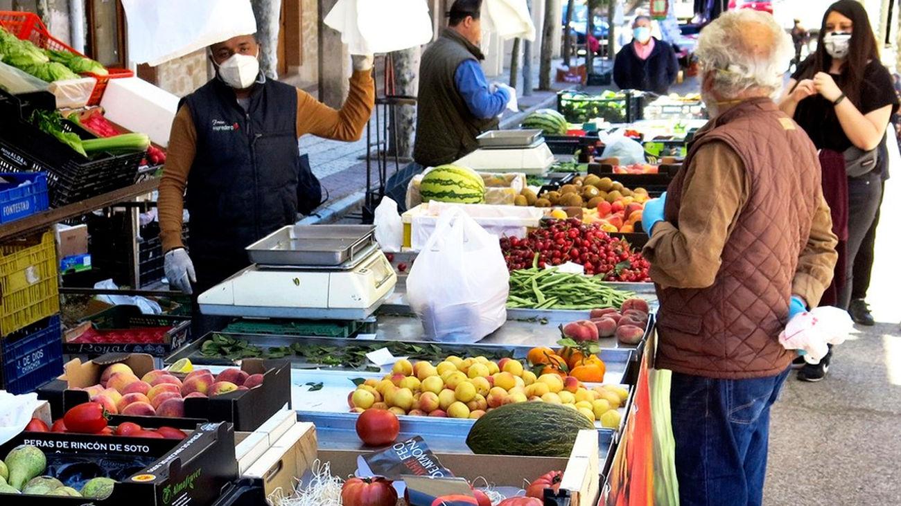 Puestos de fruta y verdura en el mercadillo de Algete