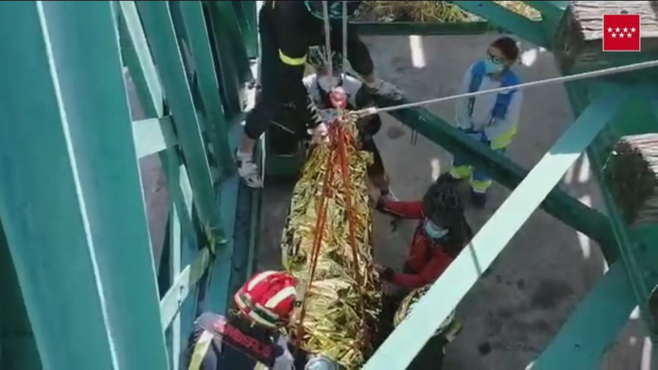 Complicado rescate de un ciclista herido al caer por un puente del río Jarama