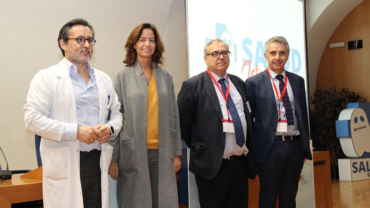 Bárbara Fernández junto a otros participantes en un acto en el Hospital Clínico de Madrid