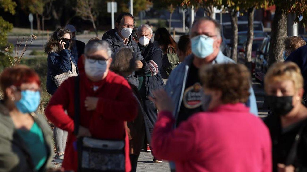 Madrileños esperan para hacerse un test de antígenos