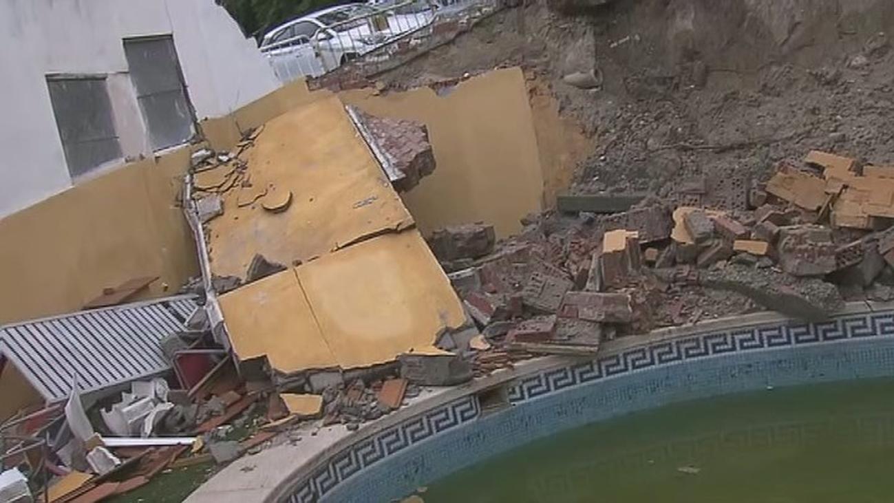 Se le cae la calle, con acera incluida, encima de la piscina de su casa en Paracuellos