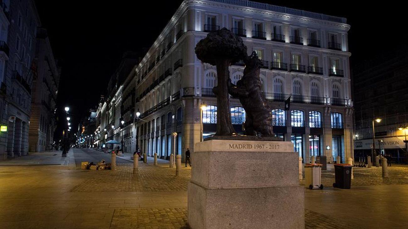 La estatura del Oso y el madroño, solitaria por la noche en la Puerta del Sol