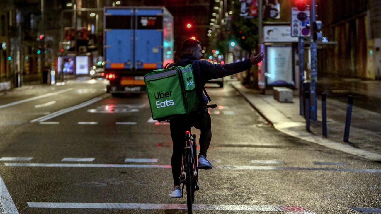 Un rider de Uber Eats circula durante la primera noche de toque de queda en Madrid (España), a 26 de octubre de 2020.