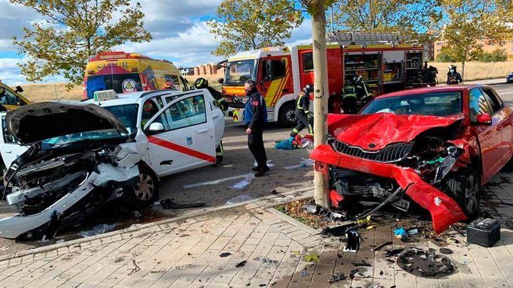 Dos heridos por la colisión frontal de sus vehículos en Cuatro Vientos