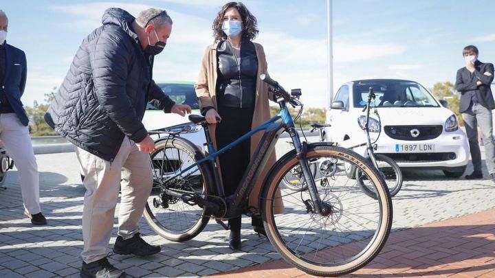 La Comunidad de Madrid concede bonos de 1.250 euros para el alquiler de motos o coches eléctricos