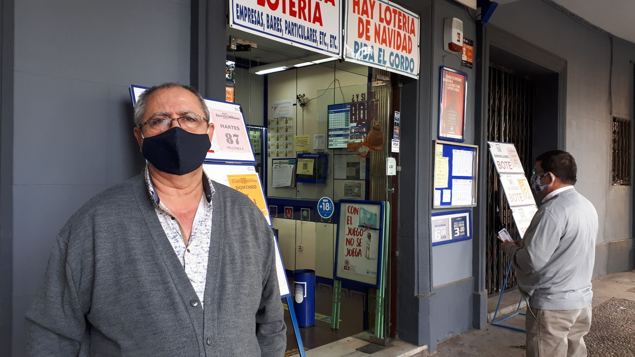 José Luis Sánchez, frente a su Administración de Lotería