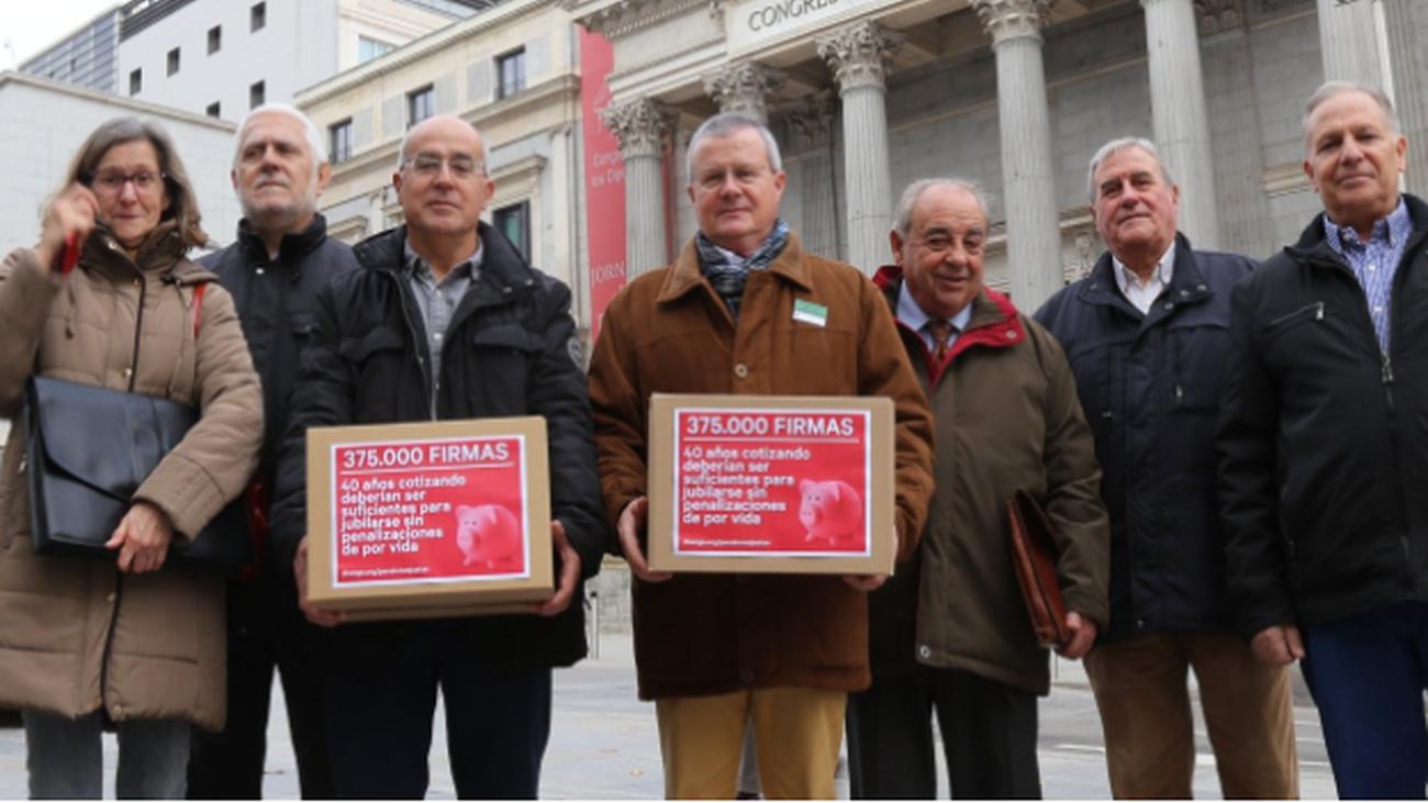 Representantes de la plataforma contra la penalización a pensionistas que se jubilaron anticipadamente con más de 40 años cotizados