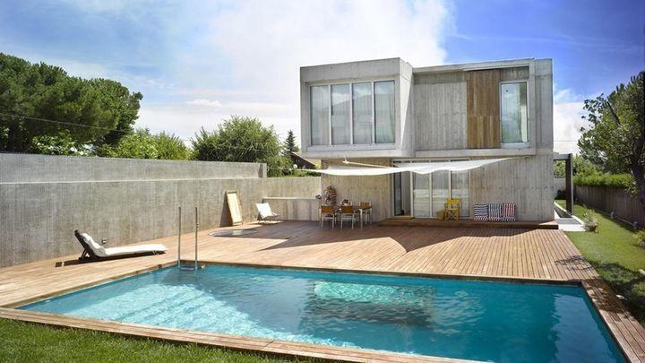 Aquí tenemos una vivienda muy especial. Es la casa de un fotógrafo y como tal, está diseñada para hacer sesiones fotográficas en ella. Esta piscina encierra un secreto.