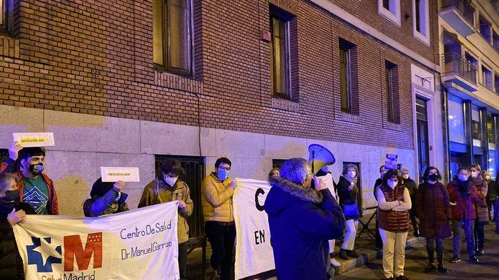Cortan el Paseo del Prado para reclamar un nuevo centro de salud en el Centro de Madrid