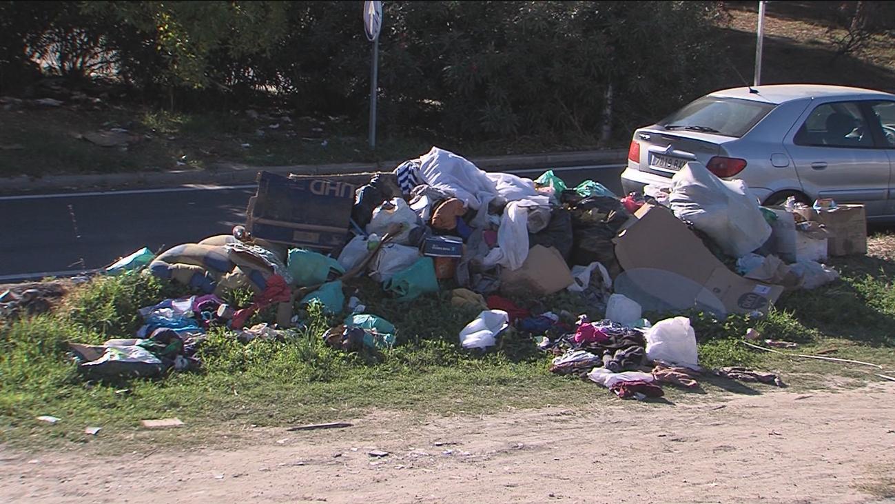Montones de basura frente a las viviendas de los vecinos de Villaverde