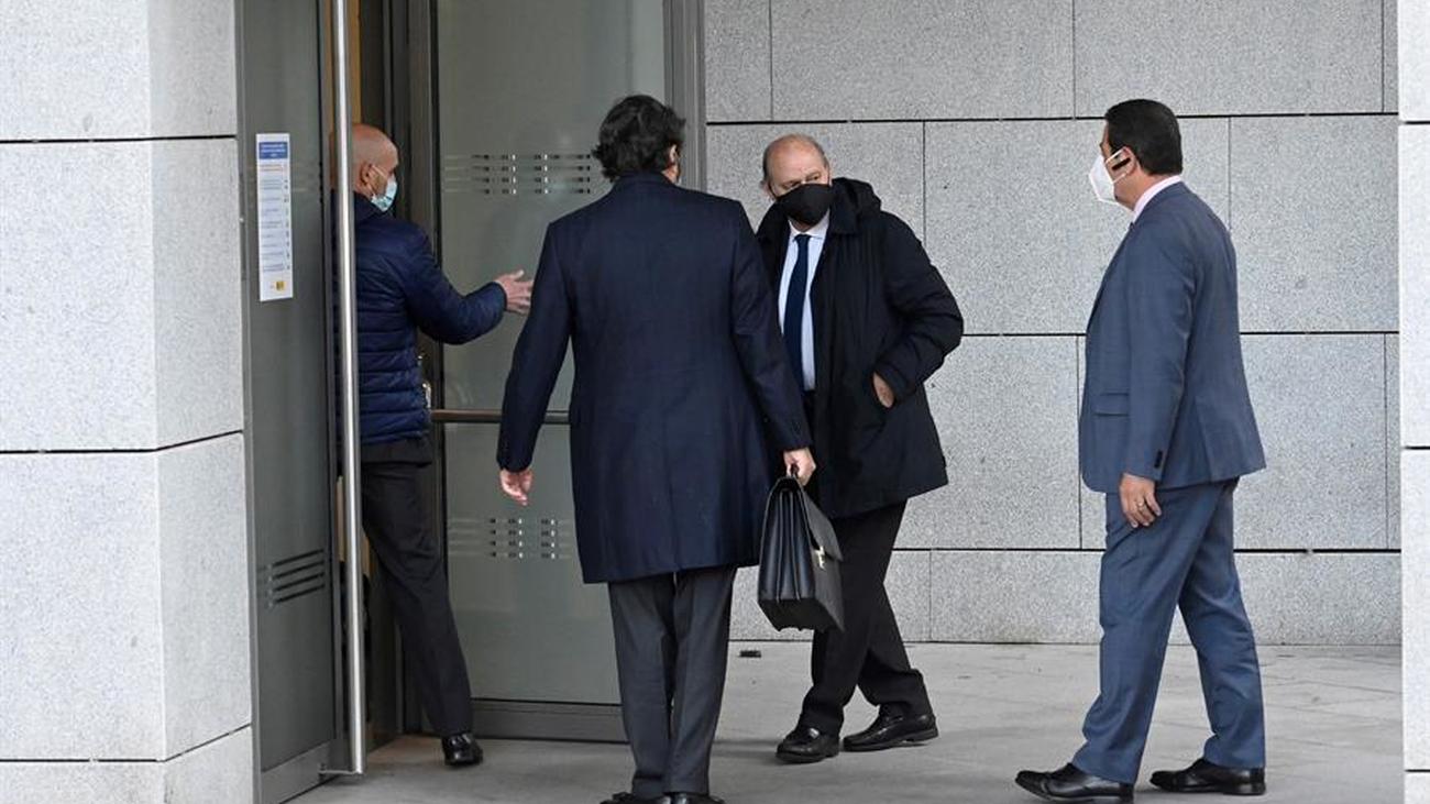 Fernández Díaz entrega voluntariamente su móvil para  comprobar que no envió ningún mensaje sobre 'Kitchen'