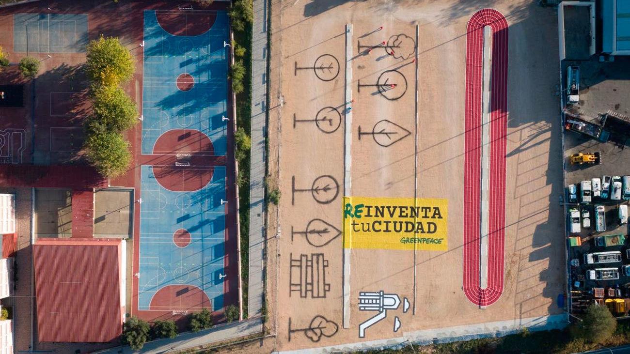 Greenpeace transforma un aparcamiento en Hortaleza  en una pista de atletismo