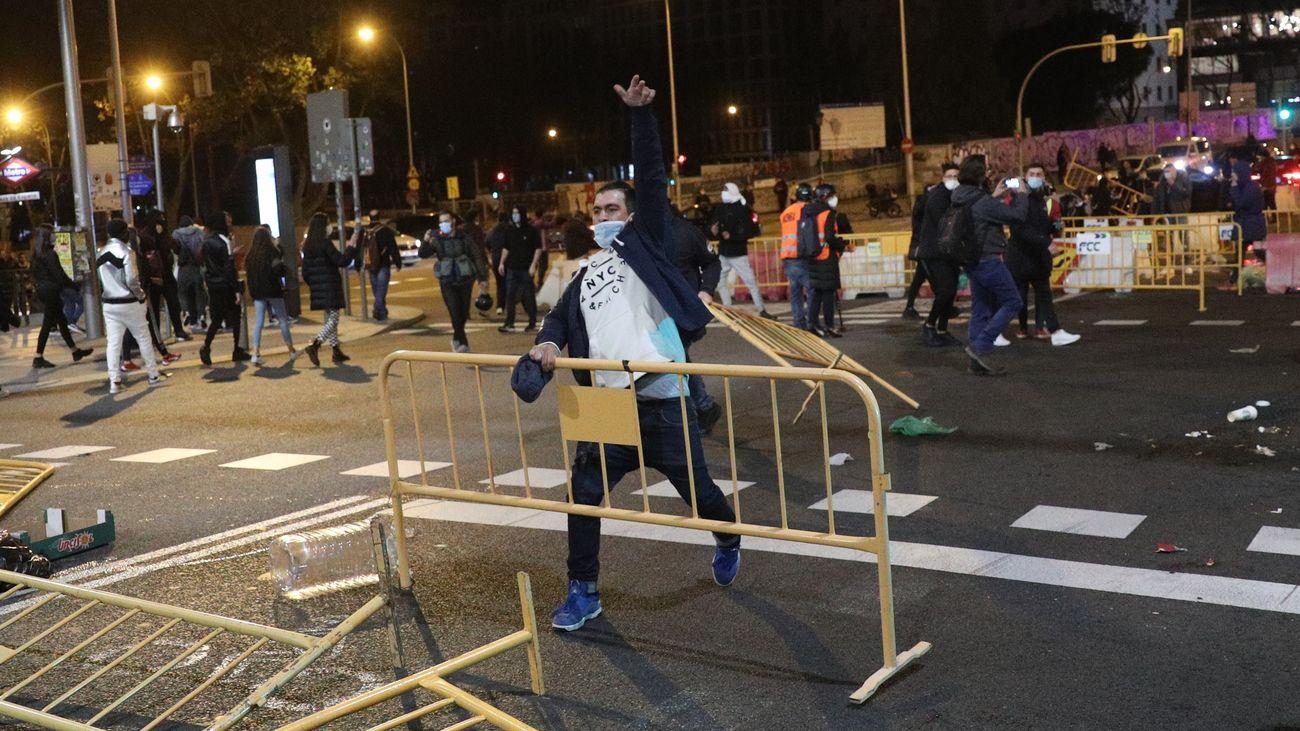 Varios participantes en los disturbios protagonizados en la Plaza de España