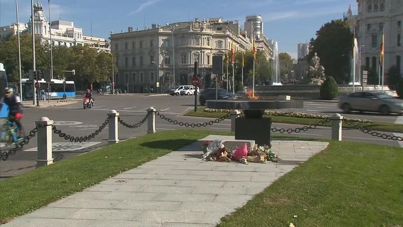 Los madrileños recuerdan a las víctimas de la covid acercándose al pebetero de Cibeles