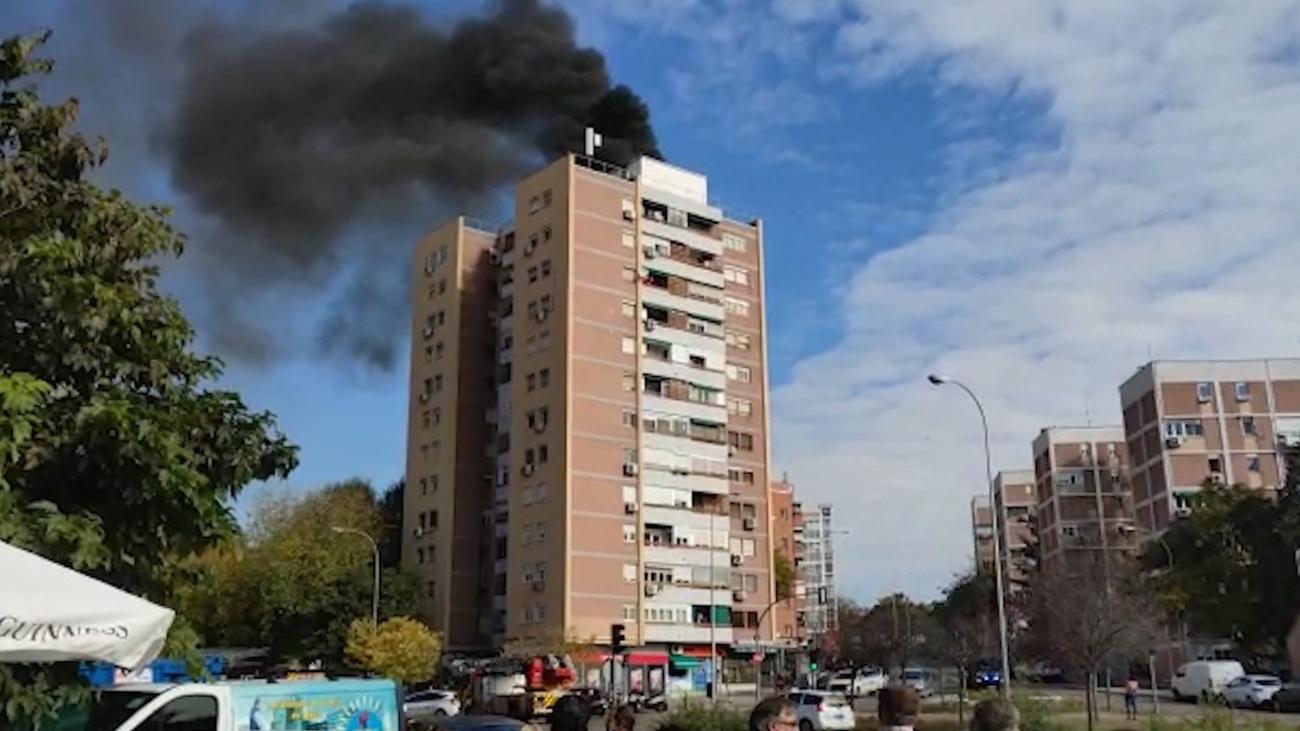 Un incendio sin heridos en un edificio de 13 plantas en La Elipa