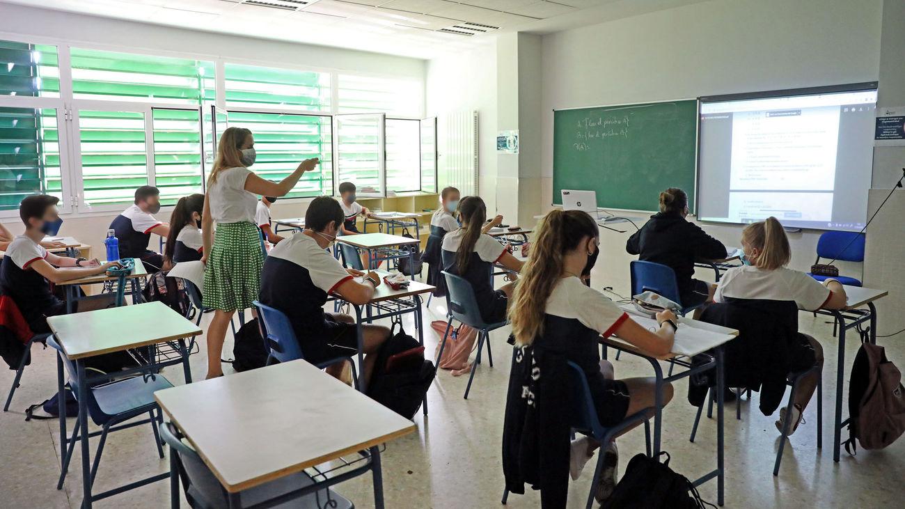 Alumnos atienden durante una clase semipresencial en el Colegio Ábaco, en Madrid