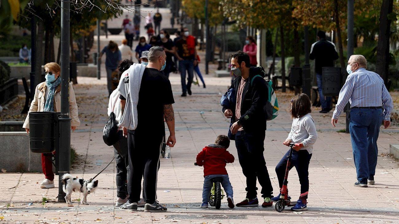 Varios vecinos pasean en el Barrio del Puerto, en el municipio madrileño de Coslada
