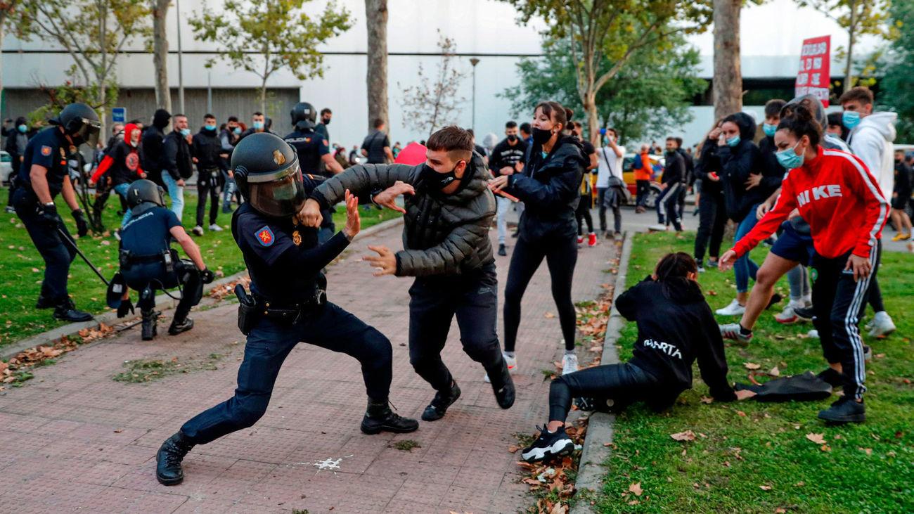 La concentración de protesta contra las restricciones por zonas frente a la Asamblea de Madrid terminó con altercados entre la Policía y los manifestantes