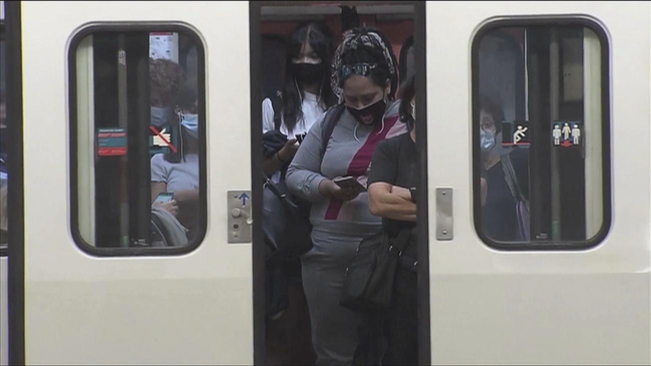 Ir en silencio en los transportes públicos evita contagios por el coronavirus, según el CSIC