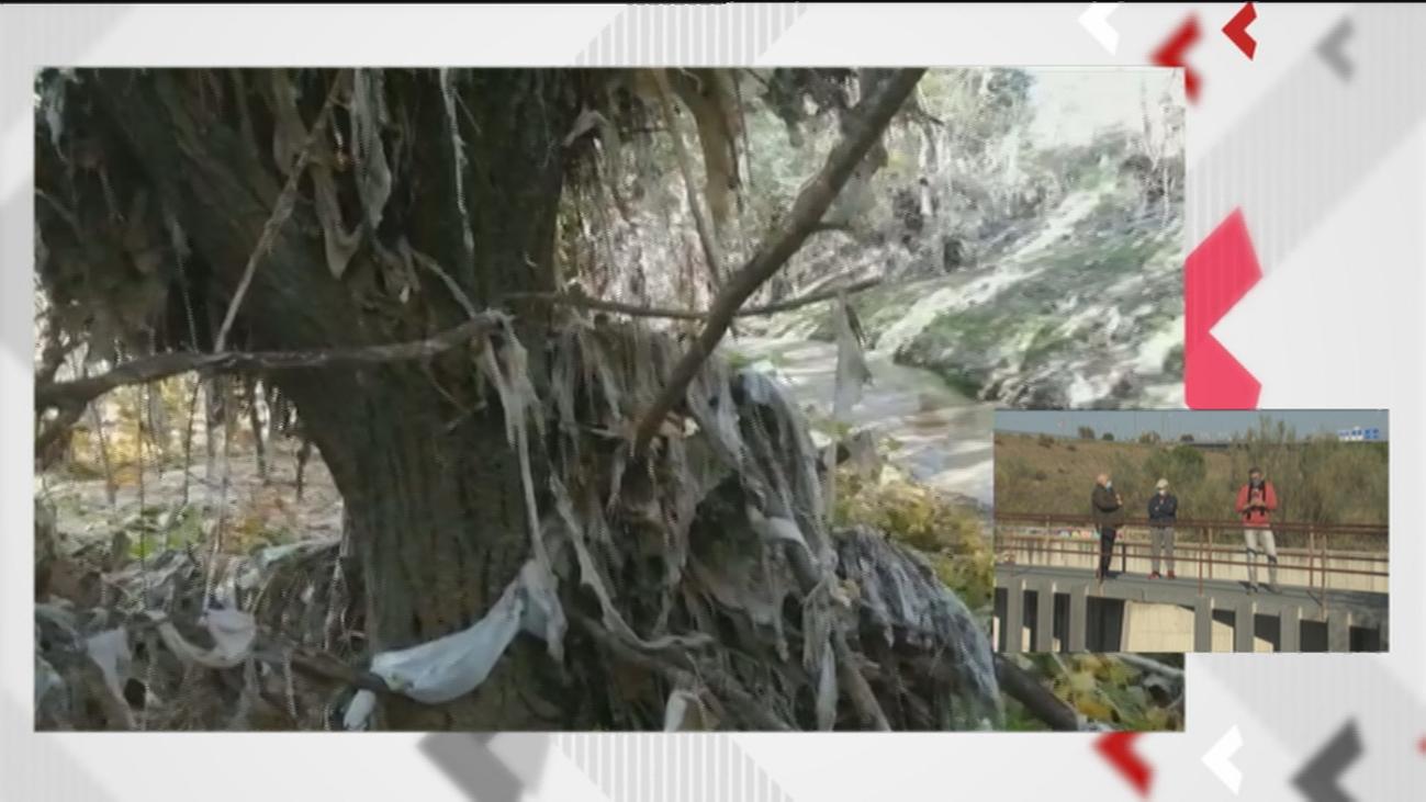Lamentable estado del arroyo de Valdebebas plagado de toallitas de los desagües pese a las cámaras de vigilancia