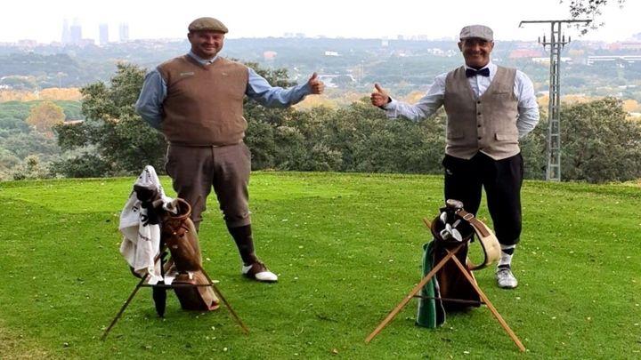 Dos jugadores madrileños juegan al golf como se hacía antes de 1935