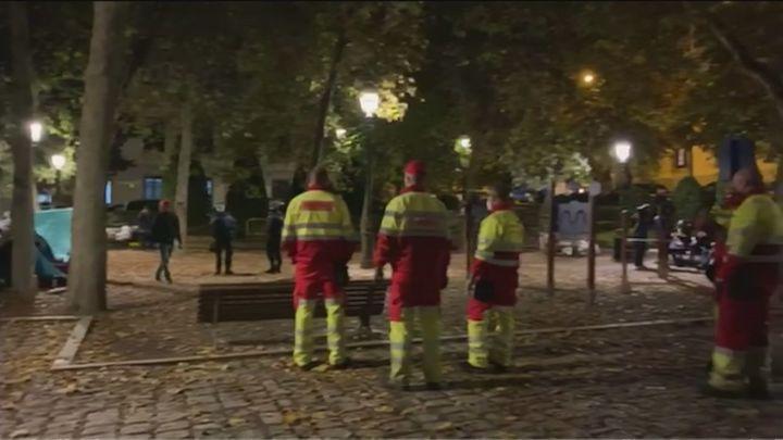 La Policía desaloja a los indigentes de la Plaza de las Salesas tras la denuncia de los vecinos en Telemadrid