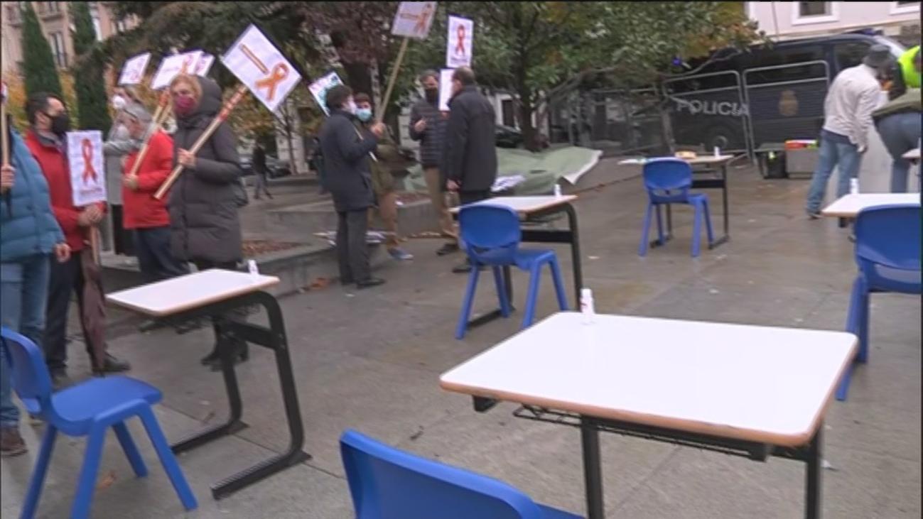 La educación concertada protesta frente al Congreso contra la ley Celaá