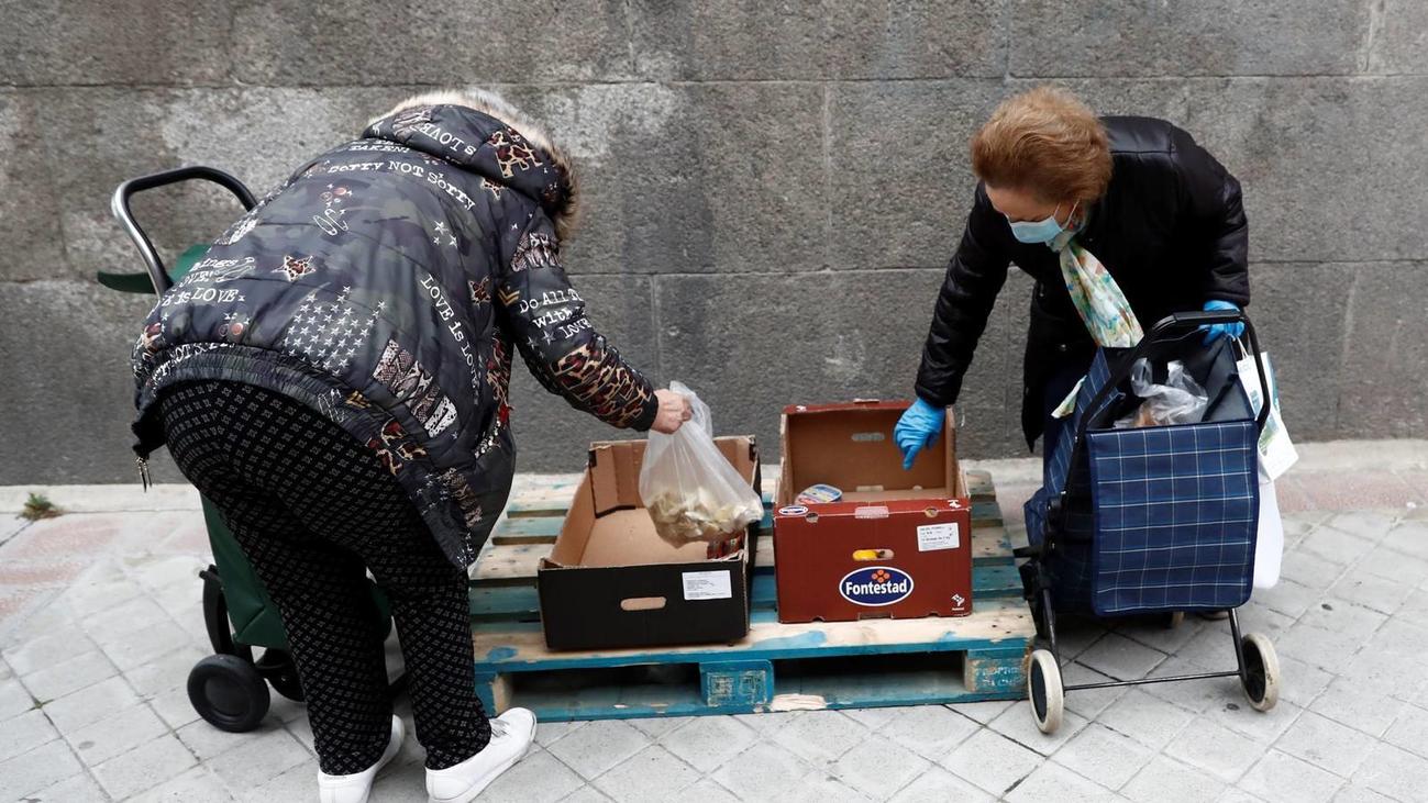 Las colas del hambre siguen creciendo ante la falta de ayudas oficiales