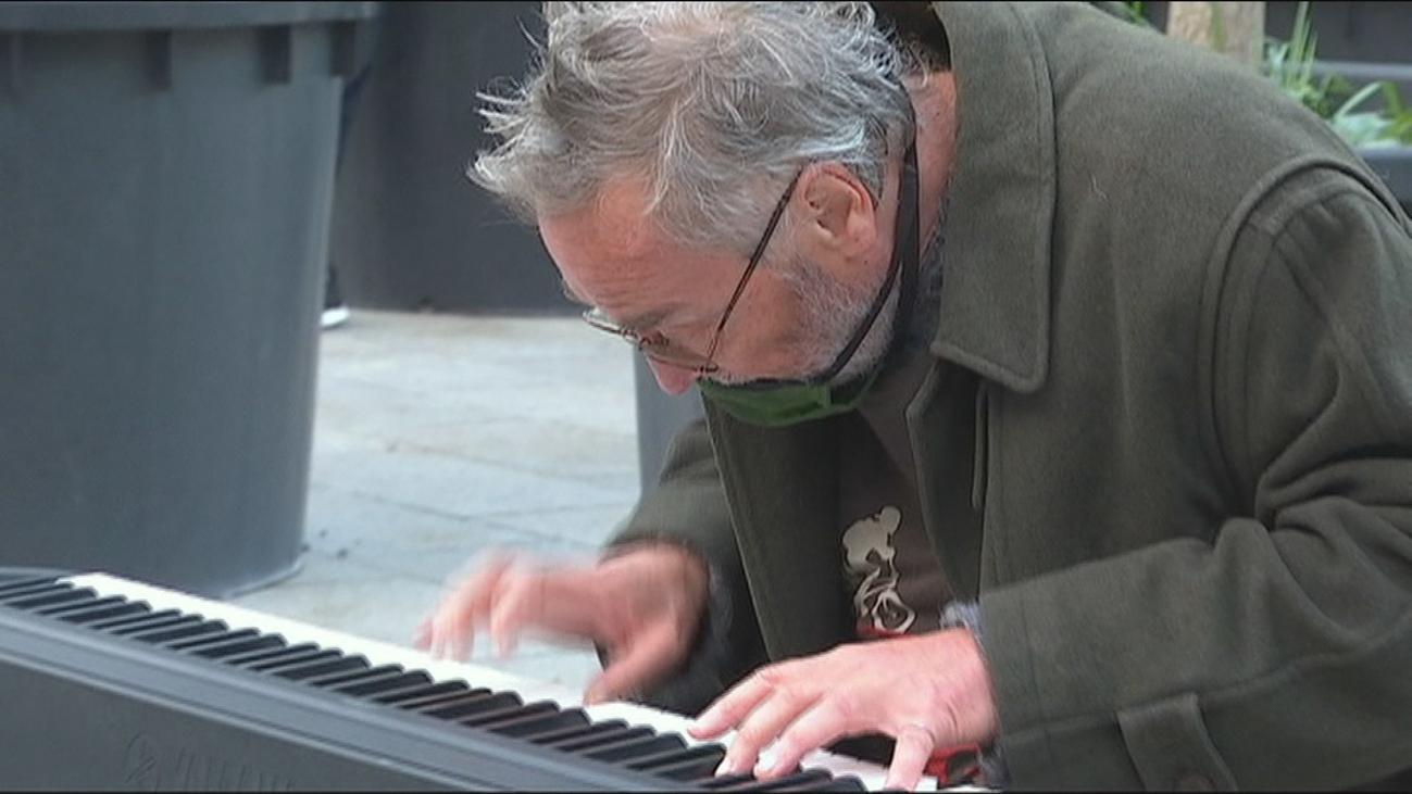 Un pianista se hace viral por seguir tocando en la calle a pesar de los disturbios en Barcelona