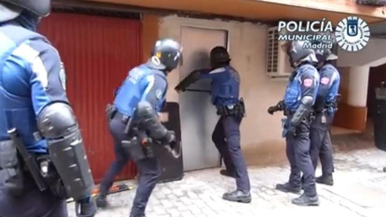 La Policía Municipal de Madrid abre un trastero en Usera lleno de plantas de marihuana