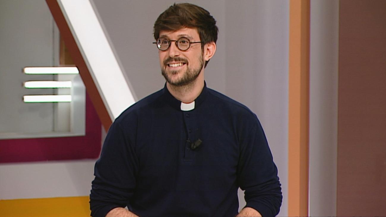 El padre Damián, un cura español que arrasa en Tik Tok