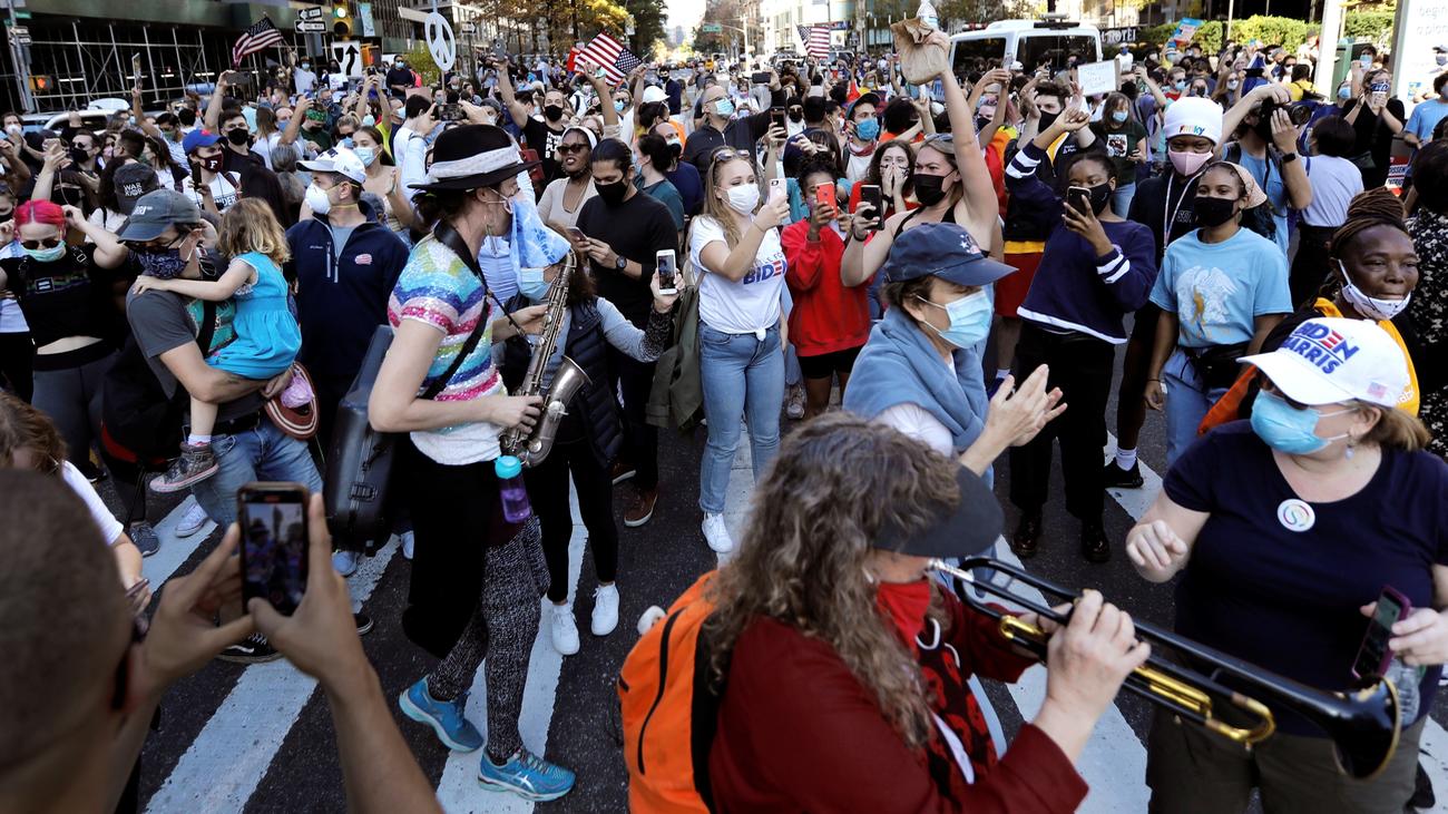 La marea azul demócrata llena de fiesta las calles de Estados Unidos