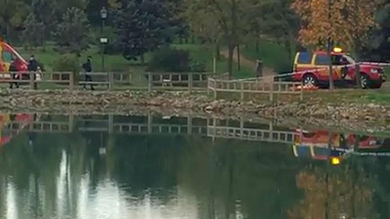 Aparece un cadáver en el lago del Parque de las Cruces en Aluche