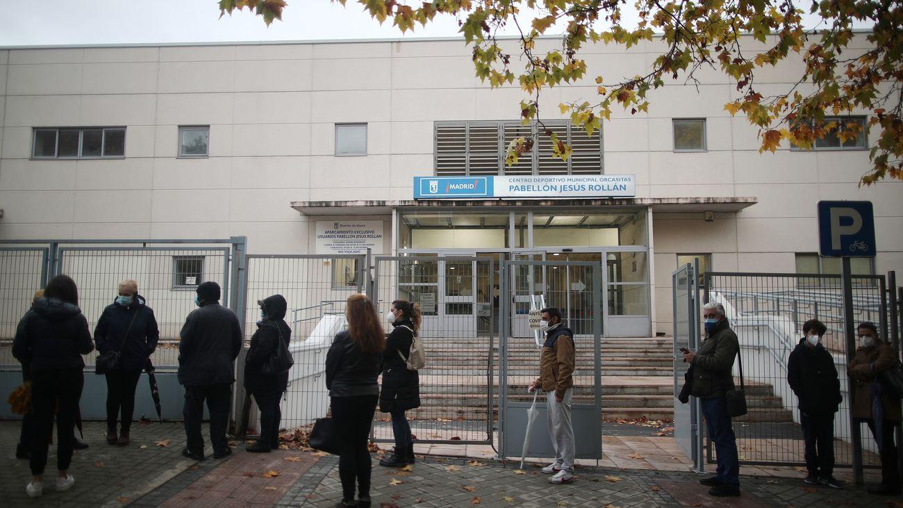 Un grupo de personas esperando para poder realizarse el test de antígenos