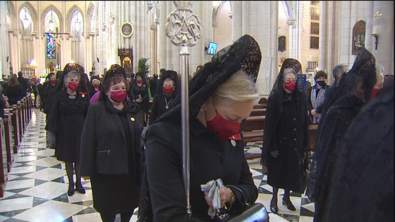 Muchos madrileños se acercan a la catedral para estar más cerca de La Vigen de la Almudena