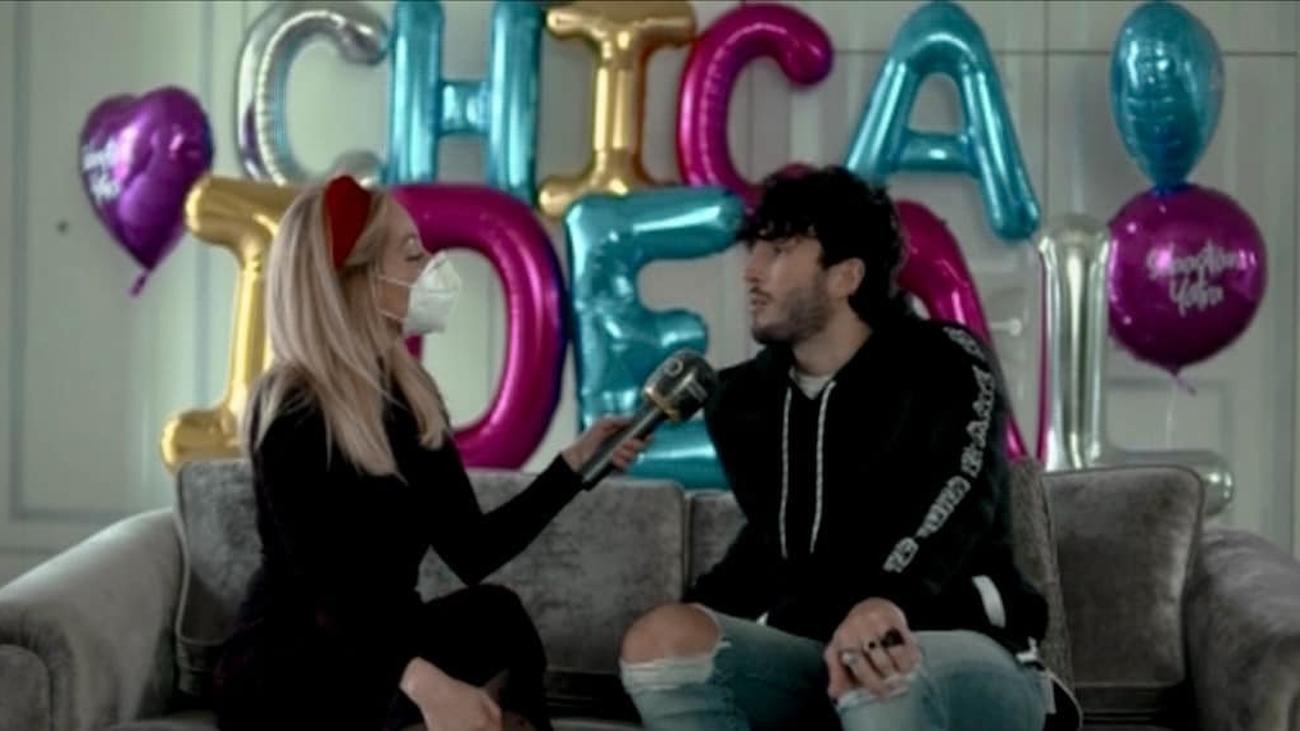 """Sebastián Yatra y su""""chica ideal"""" aterrizan en Madrid"""
