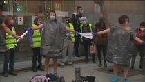 """Concentración de sanitarios contra los traslados al hospital Isabel Zendal: """"Necesitamos personal, no ladrillo"""""""