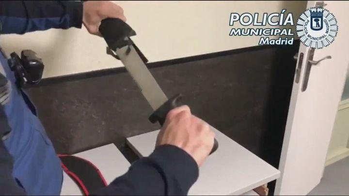 Dos jóvenes detenidos en Ciudad Lineal con dos machetes con una hoja de 46 centímetros